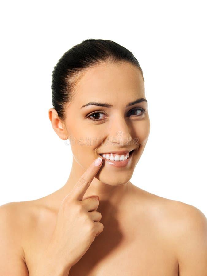 Conceito dental da saúde - mulher bonita que aponta a seus dentes foto de stock royalty free
