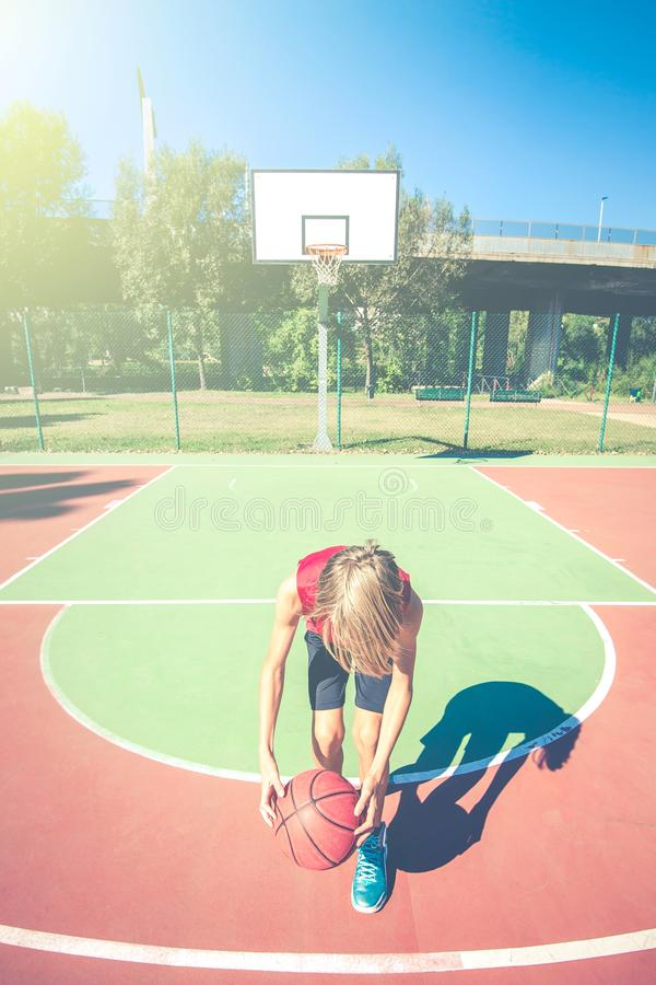 Conceito desportivo saudável exterior do estilo de vida dos adolescentes do basquetebol feliz do jogo do adolescente na mola ou n imagem de stock
