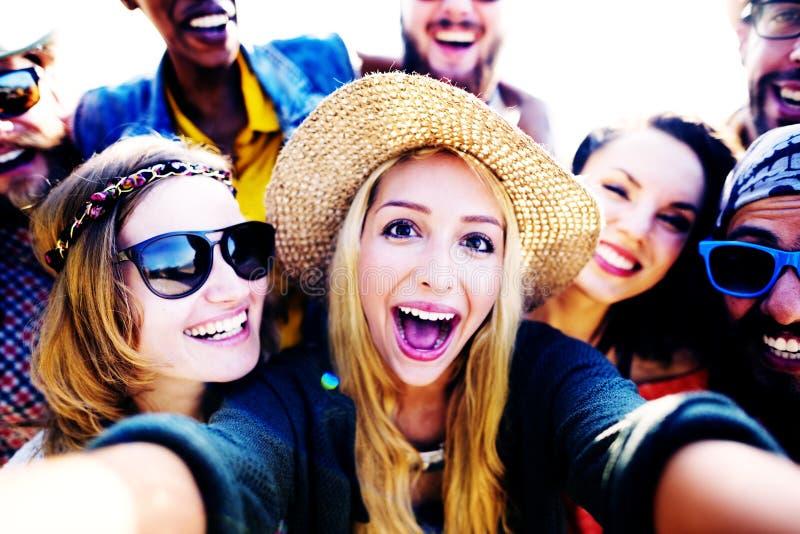 Conceito diverso de Selfie do divertimento dos amigos do verão da praia dos povos fotos de stock