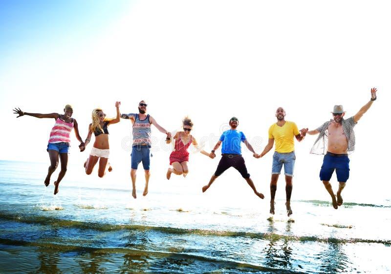 Conceito diverso do tiro em suspensão do divertimento dos amigos do verão da praia foto de stock