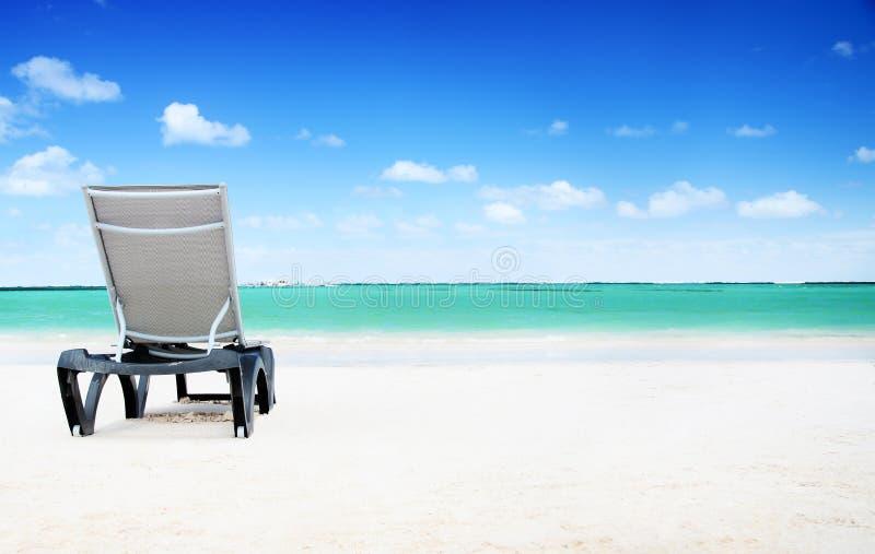 Conceito do abrandamento Cadeira em uma praia tropical bonita fotografia de stock