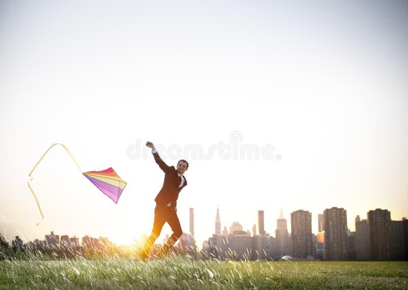 Conceito do abrandamento de Playing Kite Lifestyle do homem de negócios fotos de stock royalty free
