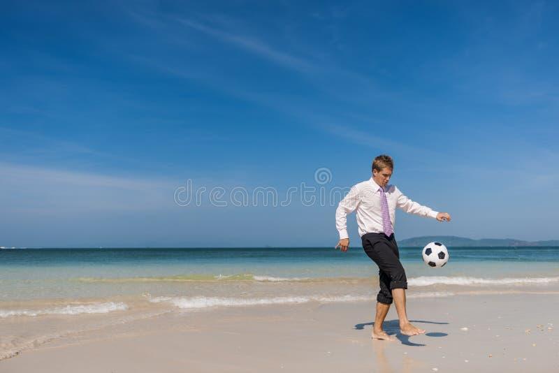 Conceito do abrandamento de Travel Beach Football do homem de negócios fotos de stock royalty free