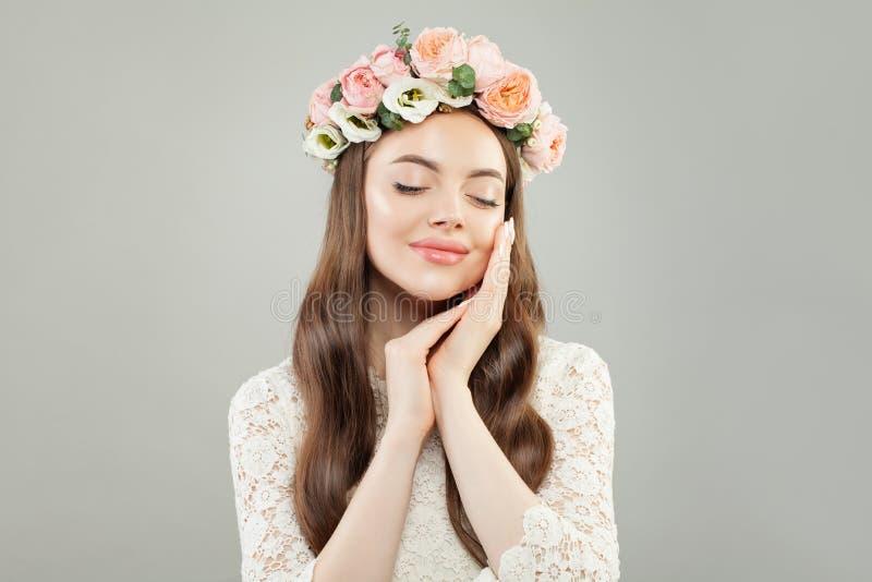 Conceito do abrandamento e da aromaterapia Jovem mulher bonita com pele clara e flores que relaxam imagens de stock