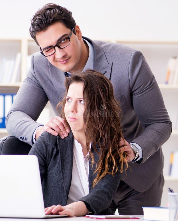 Conceito do acosso sexual com homem e mulher no escritório imagens de stock
