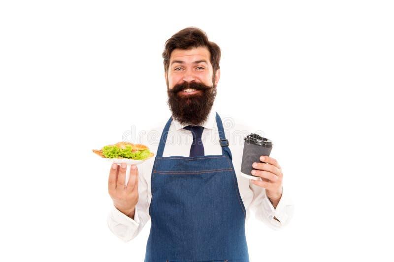 Conceito do alimento do café O avental farpado do desgaste do garçom do homem leva a placa com o copo do alimento e de café Aprec imagens de stock