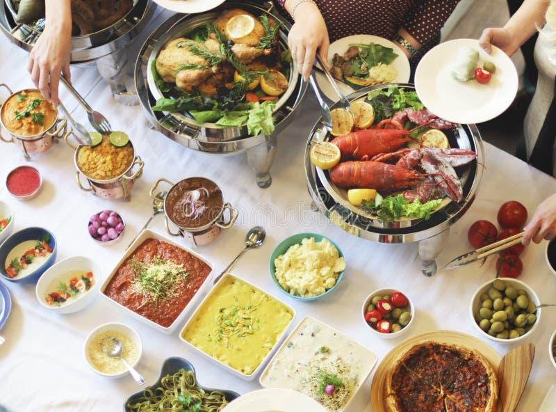 Conceito do alimento da restauração do restaurante do jantar do bufete fotos de stock royalty free
