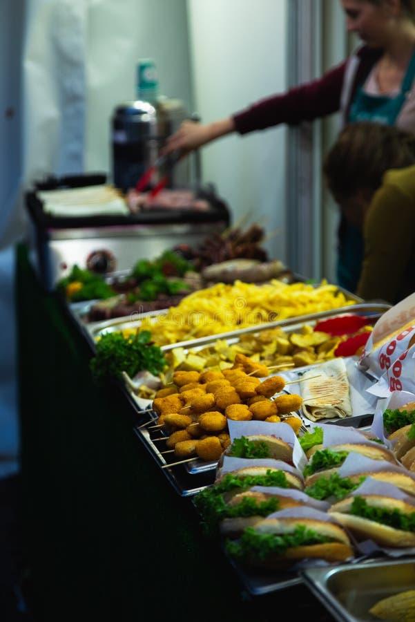 Conceito do alimento da rua povos que escolhem o fast food imagem de stock