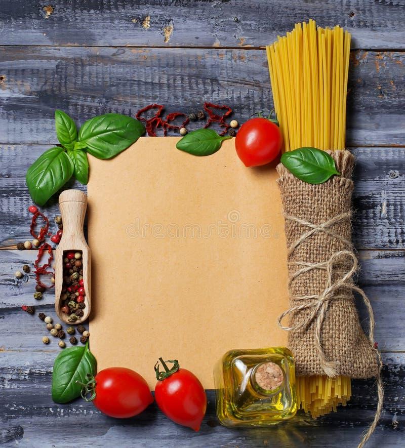 Conceito do alimento italiano com massa, tomate, manjericão, azeite fotografia de stock royalty free