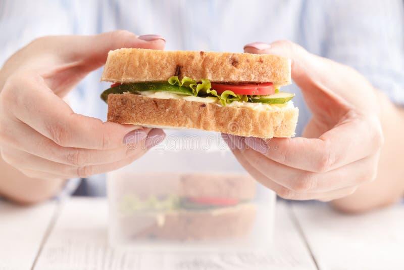Conceito do alimento, do jantar e dos povos - panini salmon san comer da mulher imagens de stock