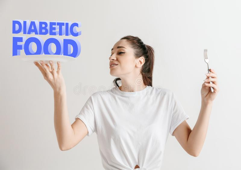 Conceito do alimento Modelo guardando uma placa com letras do alimento do diabético fotografia de stock