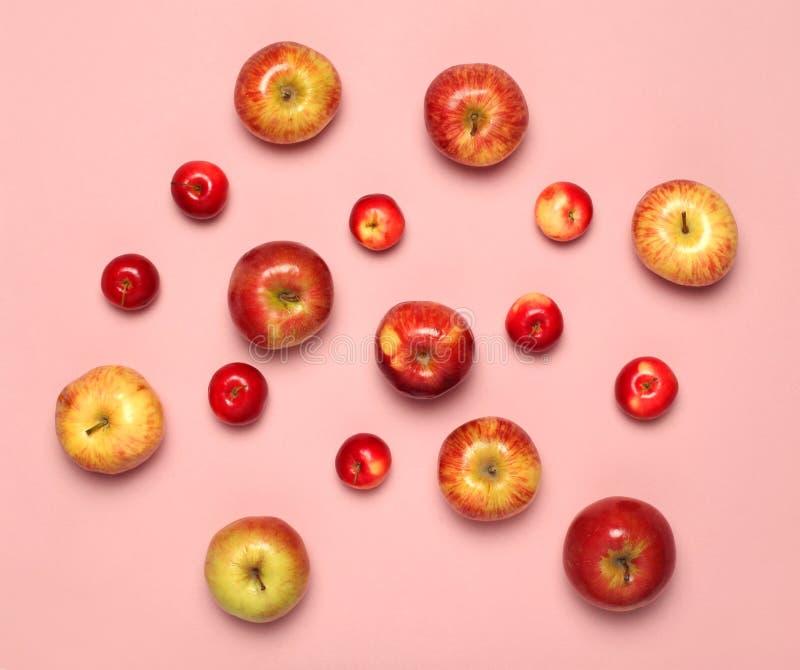 Conceito do alimento - muitos frutos das maçãs isolados no fundo branco imagens de stock royalty free