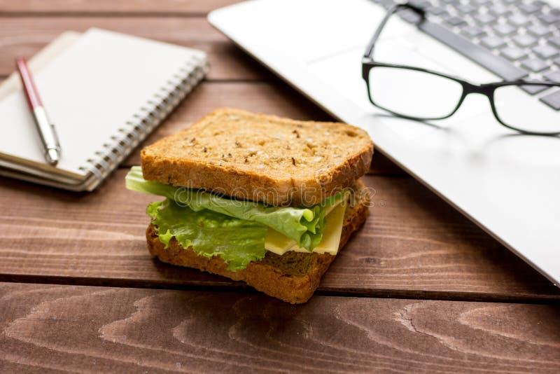 Conceito do almoço na opinião superior do trabalho do officeat imagem de stock royalty free