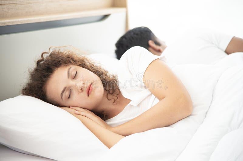 conceito do amante Pares atrativos novos que encontram-se sob a cobertura branca na cama fotos de stock