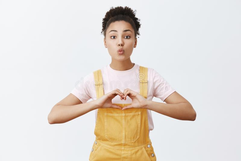 Conceito do amor, do cuidado e do relacionamento Retrato da proposta encantador e da amiga afro-americano de amor em à moda imagens de stock