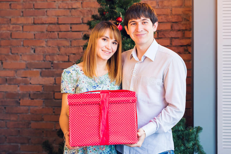 Conceito do amor, da família, do Natal e dos feriados - par romântico com caixa de presente fotografia de stock