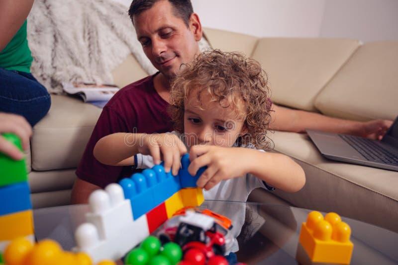 """Conceito do amor da família menino bonito do †""""que joga com brinquedos em casa imagens de stock royalty free"""