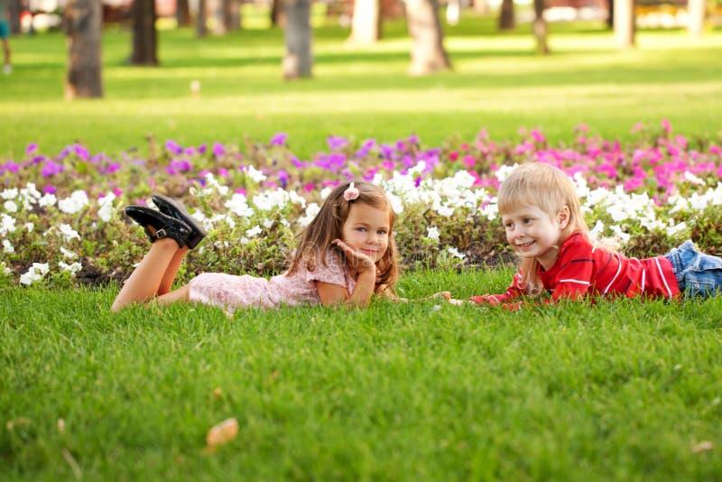 Conceito do amor das crianças. Poucos pares no amor exterior fotos de stock royalty free