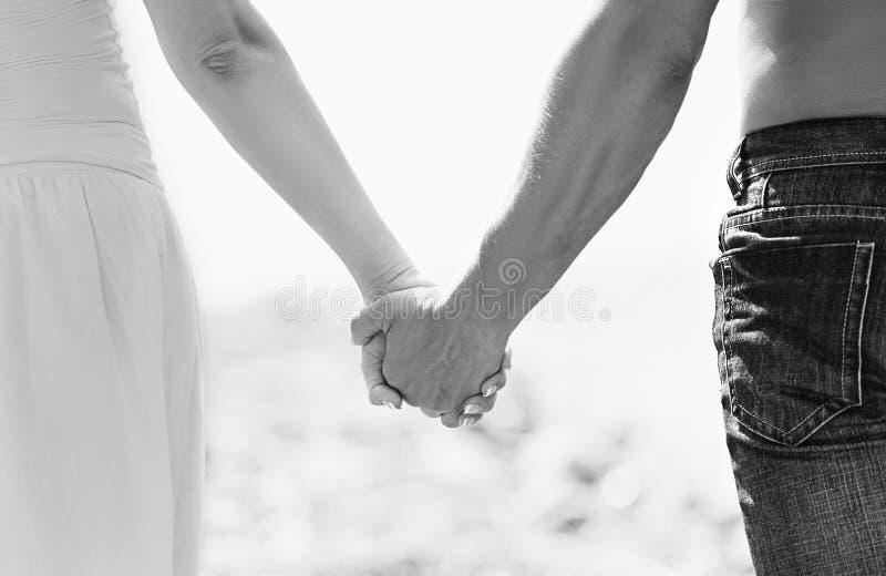 Conceito do amor e da família. as mãos dos amantes, dos homens e das mulheres mim imagem de stock
