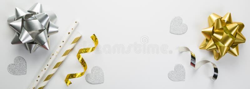 Conceito do aniversário - decorações da prata e do ouro no fundo branco foto de stock royalty free