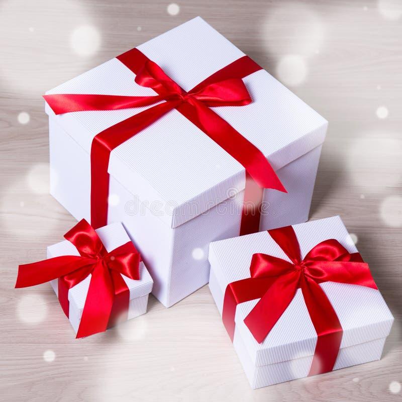 Conceito do aniversário, do Natal ou do Valentim - caixas de presente brancas e imagens de stock royalty free