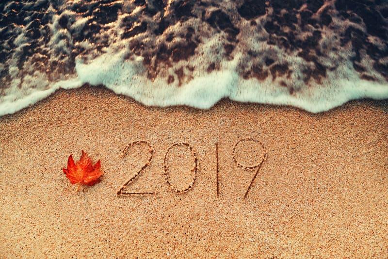 Conceito 2019 do ano novo feliz na praia do mar; tiro do sunrsie fotografia de stock