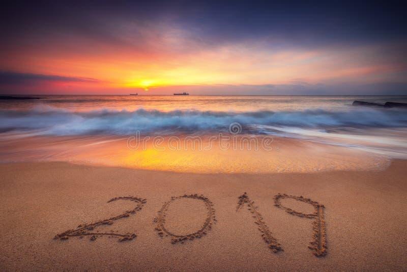 Conceito 2019 do ano novo feliz na praia do mar; tiro do sunrsie imagem de stock