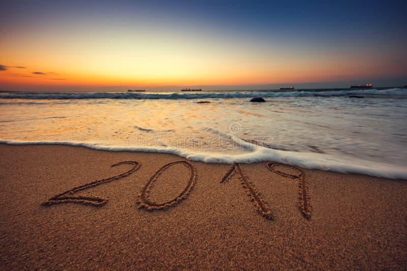 Conceito 2019 do ano novo feliz, rotulando na praia Nascer do sol do mar foto de stock royalty free
