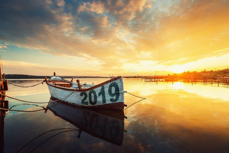 Conceito 2019 do ano novo feliz, rotulando no barco de pesca fotografia de stock royalty free