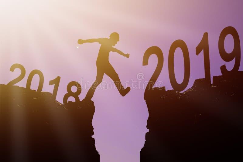 Conceito do ano 2019 novo, homem novo da silhueta do arquiteto walkin fotografia de stock royalty free