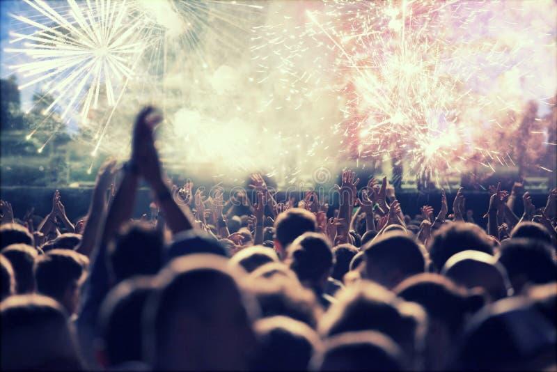 Conceito do ano novo - multidão e fogos-de-artifício cheering fotos de stock