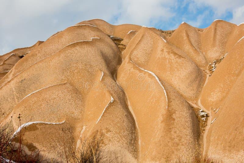 Conceito do aquecimento global Marrocos, montanhas de atlas altas Pico coberto pela neve e pelas dunas de areia em Sahara Desert fotografia de stock royalty free