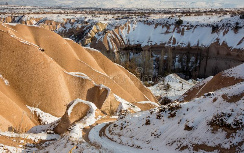 Conceito do aquecimento global Marrocos, montanhas de atlas altas Pico coberto pela neve e pelas dunas de areia em Sahara Desert fotos de stock royalty free