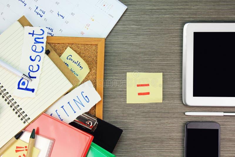 Conceito do armazenamento de arquivos Os arquivos e o dobrador de original de papel comparam com a tecnologia da informação dos d imagens de stock