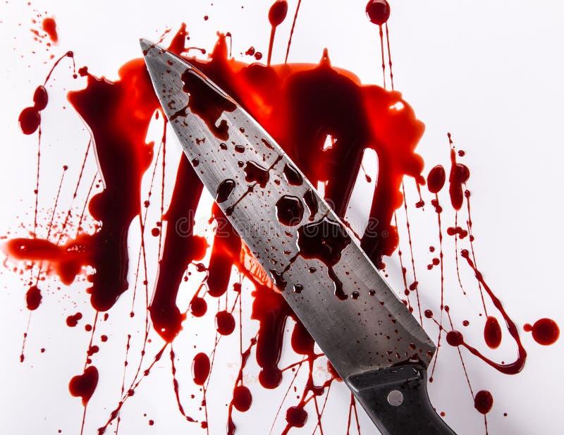 Conceito do assassinato - faca com sangue no fundo branco foto de stock royalty free