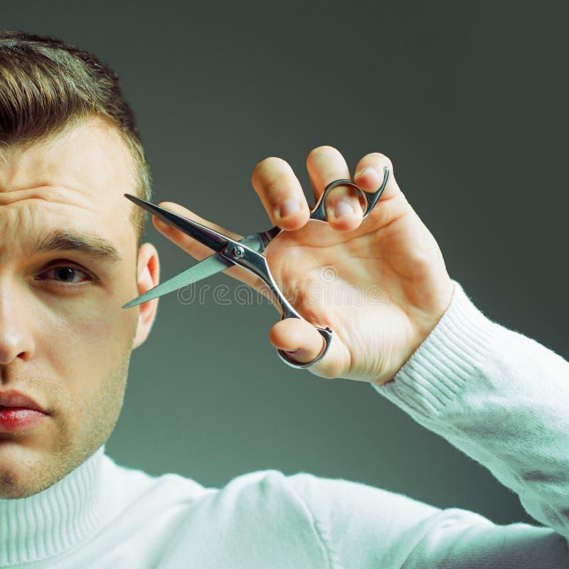 Conceito do barbeiro Da posse lustrosa do penteado do barbeiro tesouras de a?o Cabelo seguro macho do corte do barbeiro servi?o d imagem de stock