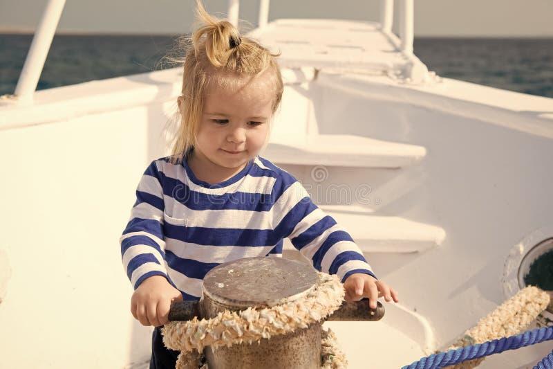 Conceito do bebê Marinheiro bonito do bebê Curso pequeno do bebê no navio no mar Bebê em férias de verão imagem de stock