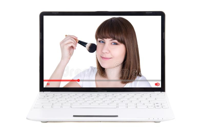 Conceito do blogue da beleza - a exibição da jovem mulher como aplicar-se compõe o foto de stock royalty free