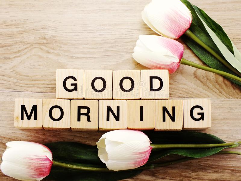 Conceito do bom dia da opinião superior da manhã no fundo de madeira imagem de stock
