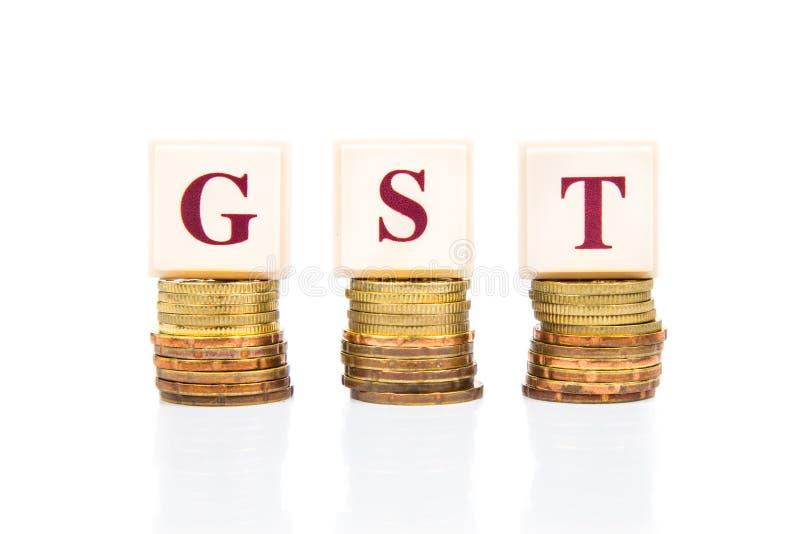 Conceito do bom e de serviços imposto de GST ou com a pilha de moeda imagem de stock