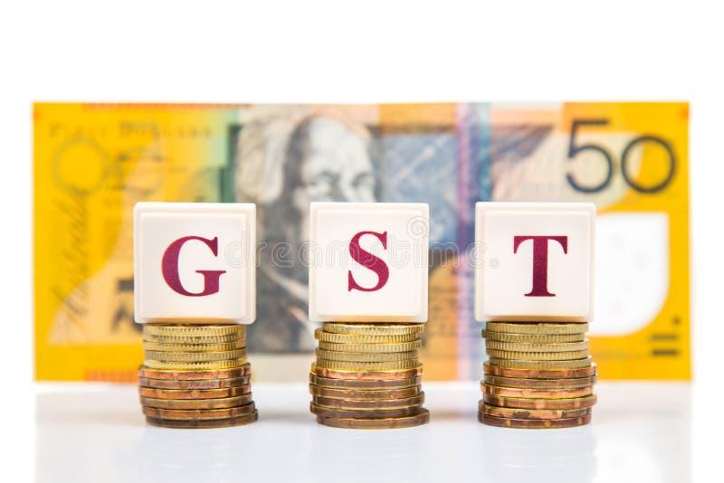 Conceito do bom e de serviços imposto de GST ou com a pilha de moeda e de moeda como o contexto fotografia de stock