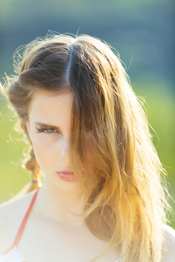 conceito do cabelo Mulher com composição e cabelo longo Denominação bonita do cabelo da necessidade da menina Cabelo desarrumado  imagens de stock royalty free