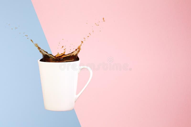 Conceito do café Arte mínima Fundo contínuo O café espirra Levitando a caneca foto de stock royalty free