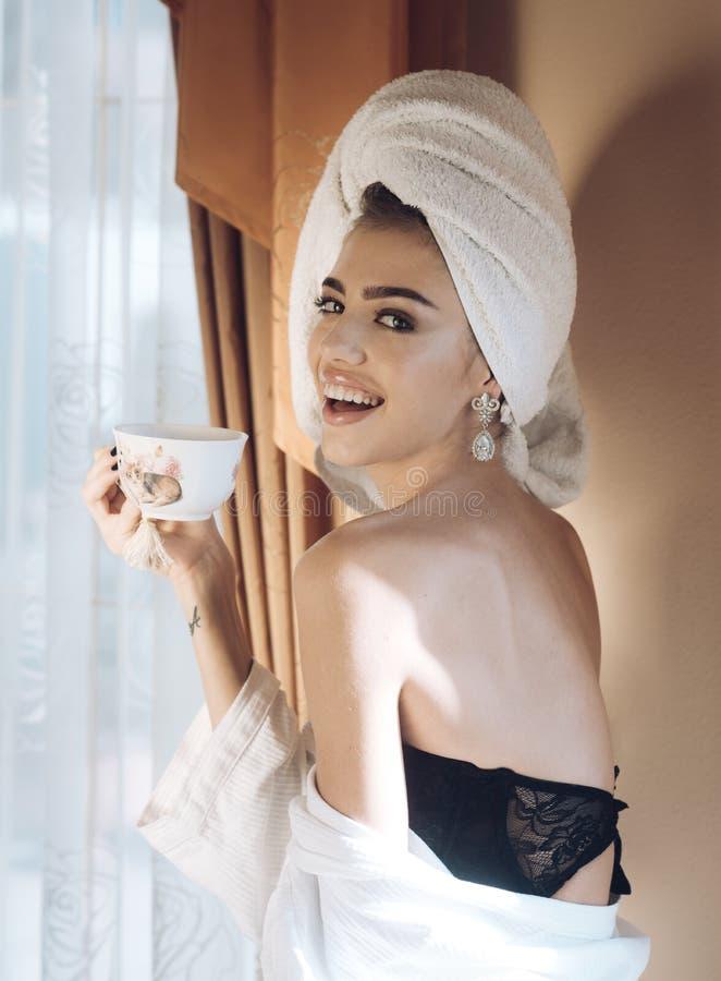 Conceito do café da manhã Mulher no roupão e na roupa interior preta foto de stock