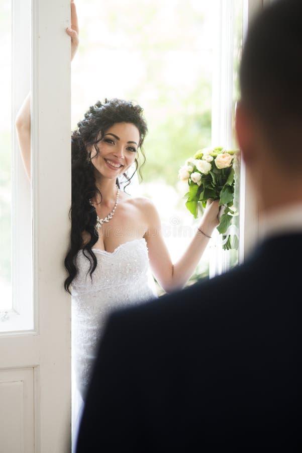 Conceito do casamento Amor e romance Sorriso feliz da noiva a preparar Mulher e homem no dia do casamento Mulher sensual com nupc fotos de stock