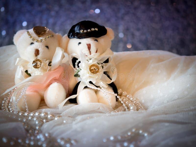 Conceito do casamento: Pares Teddy Bears no vestido de casamento imagens de stock royalty free