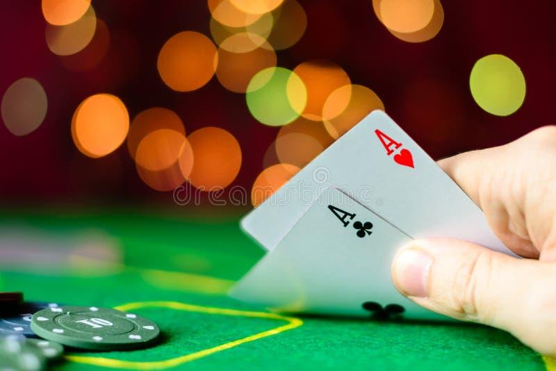 Conceito do casino, dos cartões de jogo e do dinheiro Cartões de jogo no imagem de stock royalty free