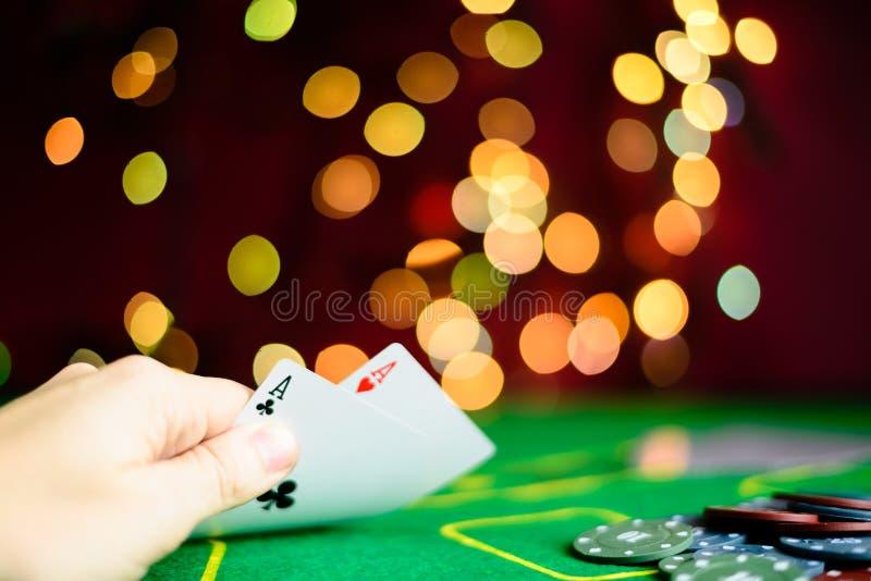 Conceito do casino, dos cartões de jogo e do dinheiro Cartões de jogo no fotos de stock