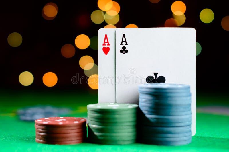 Conceito do casino, dos cartões de jogo e do dinheiro Pilhas de microplaqueta de pôquer imagem de stock royalty free