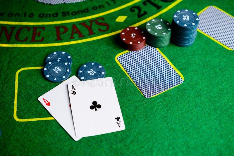 Conceito do casino, dos cartões de jogo e do dinheiro Pilhas de microplaqueta de pôquer imagens de stock royalty free